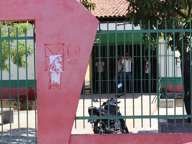 Com medo da violência, portões da escola ficam sempre fechados (Foto: Gil Oliveira/ G1)