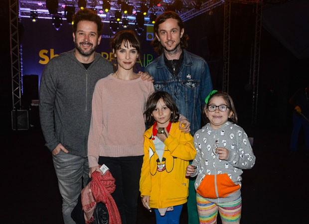 Debora Falabella e Murilo Benício posam com Chuck Hipolitho, Nina e amiguinha (Foto: Felipe Panfili/Divulgação)
