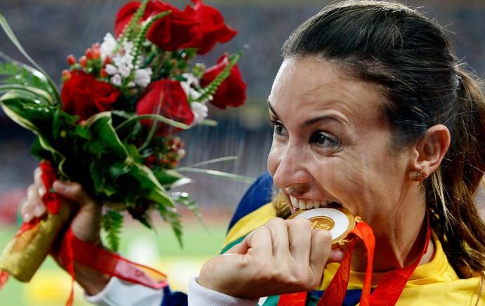 maurren maggi salto triplo pódio medalha de ouro (Foto: Agência AP)