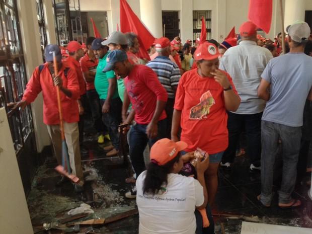 Integrantes do MST invadiram prédio do Ministério da Fazenda, no Recife. (Foto: Kety Marinho/TV Globo)