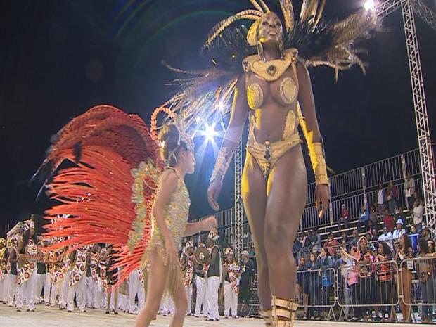 Imperatiz Dona Leopoldina foi a sexta agremiação a desfilar (Foto: Reprodução/RBS TV)