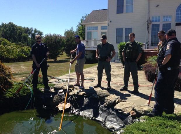 Jacaré apareceu em lagoa de casa no condado de Montgomery (Foto: Montgomery County Police/AP)