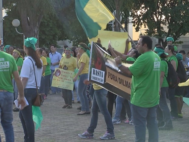 Manifestantes durante protesto em Mirassol (Foto: Reprodução / TV TEM)