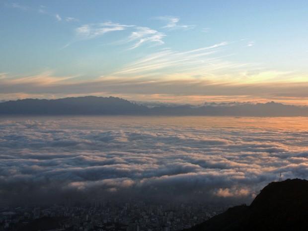 Cidade ficou encoberta pelas nuvens nesta sexta (Foto: Marcos Teixeira Estrella/TV Globo)
