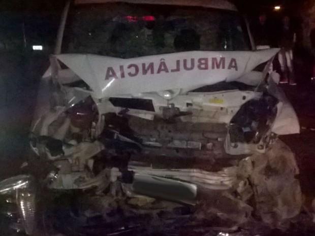 Acidente MG-448 entre caminhonete e ambulância (Foto: Corpo de Bombeiros/Divulgação)