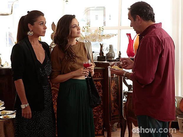 Virgílio pede que Marina fotografe suas peças, e ela aceita (Foto: Felipe Monteiro / TV Globo)
