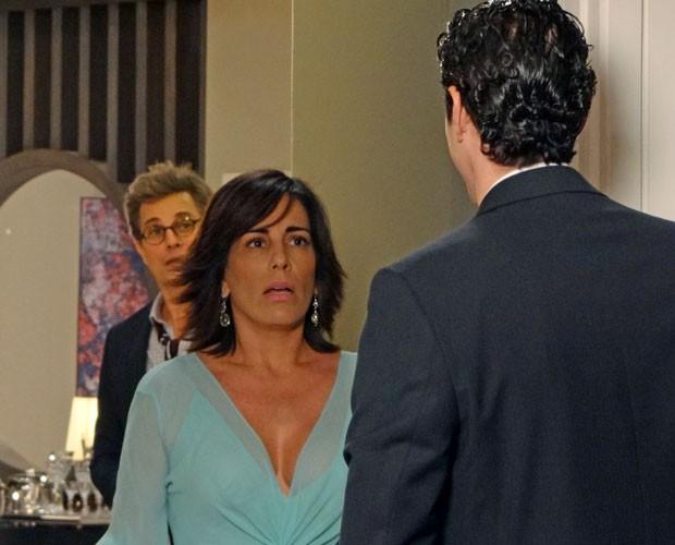 Que situação! Nando chega e Felipe saca o climinha entre Roberta e o motorista (Foto: Guerra dos Sexos / TV Globo)