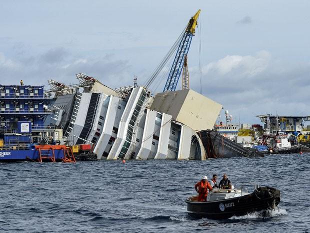 Agência confirmou oficialmente o início da megaoperação para endireitar o 'Costa Concordia' que naufragou na ilha de Giglio em 23 de janeiro de 2012 (Foto: Andreas Solaro/AFP)