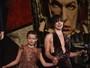 Milla Jovovich usa vestido ousado em première de filme no Japão