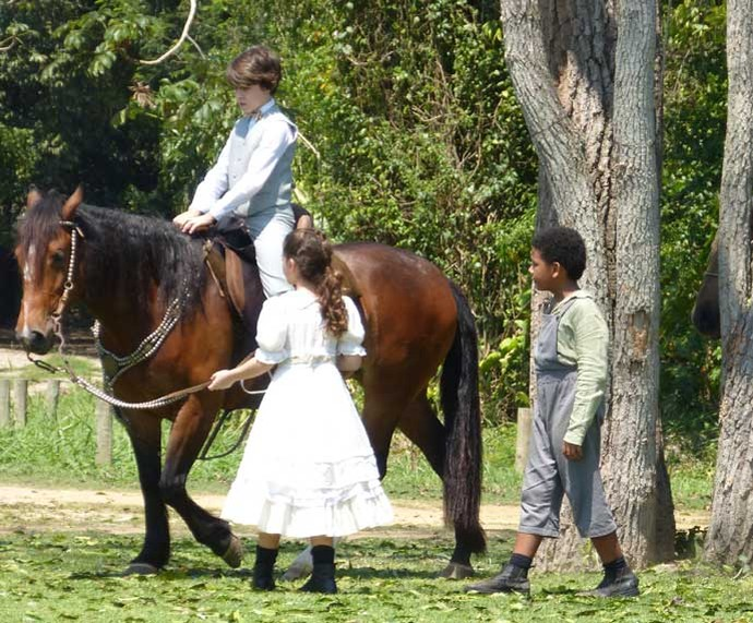Felícia e Chico convencem Alex a montar em Estrela (Foto: Karen Fideles/Gshow)