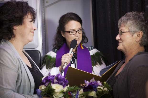 Na imagem, Lynley Bendall (à esquerda) e Ally Wanikau (àdireita) se casam durante uma cerimônia oficial na Nova Zelândia nesta segunda-feira (19) (Foto: Air New Zealand/ AFP)