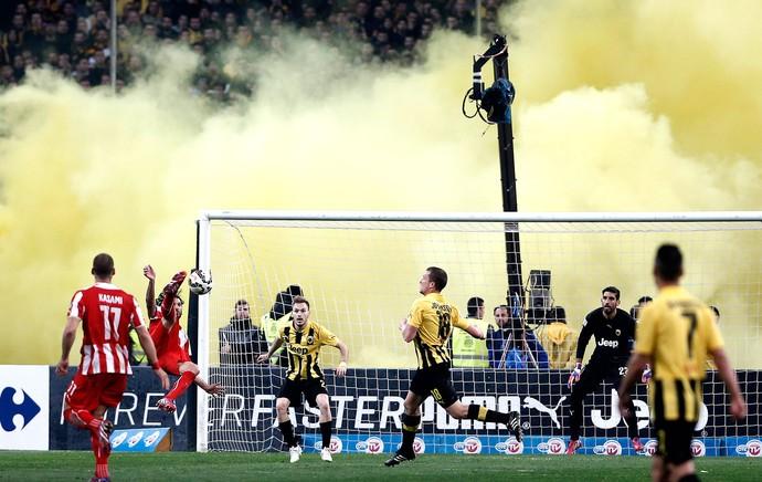 Olympiakos X AEK (Foto: Agência AP )