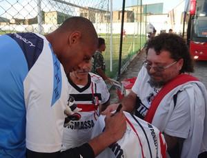 Tiago Cardoso dando autógrafos em Maceió (Foto: Denison Roma / Globoesporte.com)