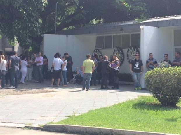 Amigos e parentes compareceram ao velório do policial na manhça desta segunda (14) em Sulacap (Foto: Matheus Rodrigues / G1)