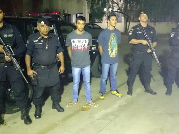 Irmãos suspeitos de matar Gabriel Caldeira são presos por roubo na GO-060, em Goiás (Foto: Divulgação/ PM)