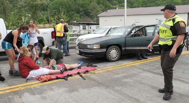 Vítimas de atropelamento em desfile na Virgínia são atendidas (Foto: AP)