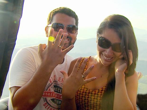 Renata mostra aliança após pedido de casamento em voo de balão, em São Lourenço (Foto: Tarciso Silva / EPTV)