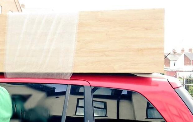 Motorista foi flagrado pela polícia carregando armário em cima do carro (Foto: Reprodução/Twitter/Chris Harris )