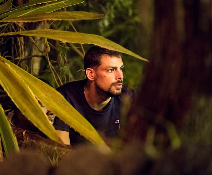 Juliano segue Orlando e flagra encontro do bandido com seu pai, Zé Maria (Foto: Ellen Soares/ Gshow)