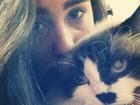 Lívian Aragão brinca com sua gatinha
