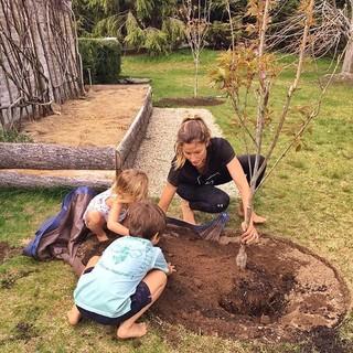 Gisele Bundchen planta árvore com os filhos (Foto: Instagram / Reprodução)