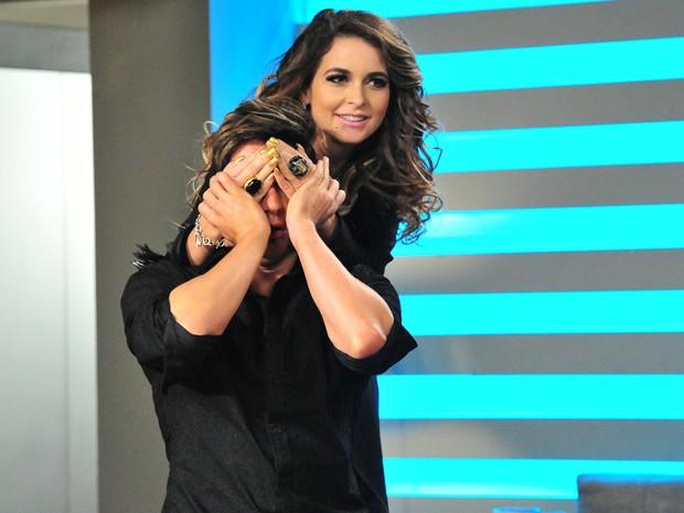 """A cantora resolve fazer uma surpresinha para seu """"frango"""" (Foto: Cheias de Charme / TV Globo)"""