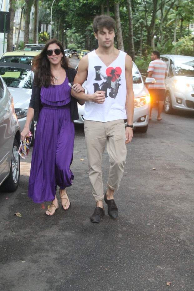 Carol Castro com o namorado (Foto: Daniel Delmiro / AgNews)