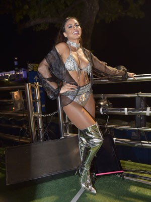 Alinne Rosa escolheu look bem sensual para segundo dia de desfile no Carnaval de Salvador (Foto: Elias Dantas/Ag. Haack)