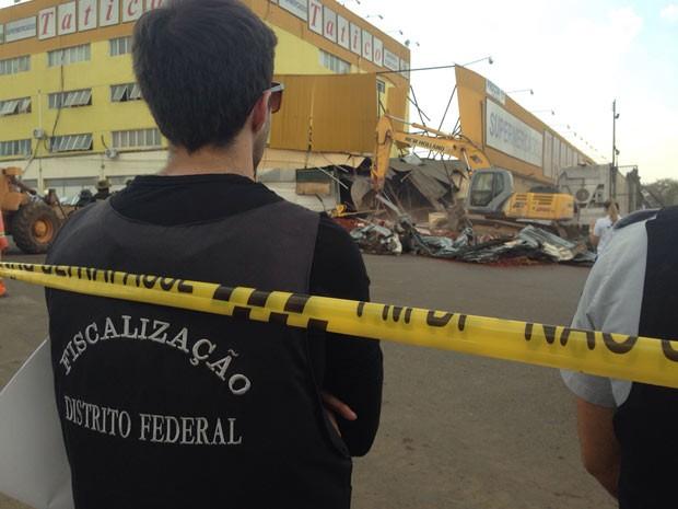 Fiscal acompanha derrubada de prédio de supermercado em área pública em Ceilândia (Foto: Gabriel Luiz/G1)