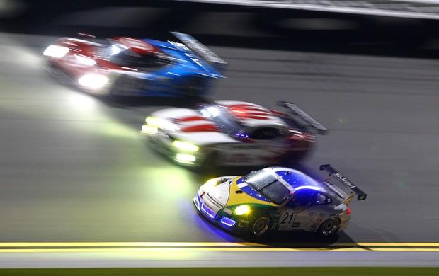 Porsche da equipe brasileira divide a pista com os protótipos e outros GTs (Foto: Carsten Horst / divulgação)