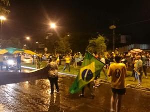 Manifestantes se concentram em Bauru (Foto: Sandra Fonseca / TV TEM)