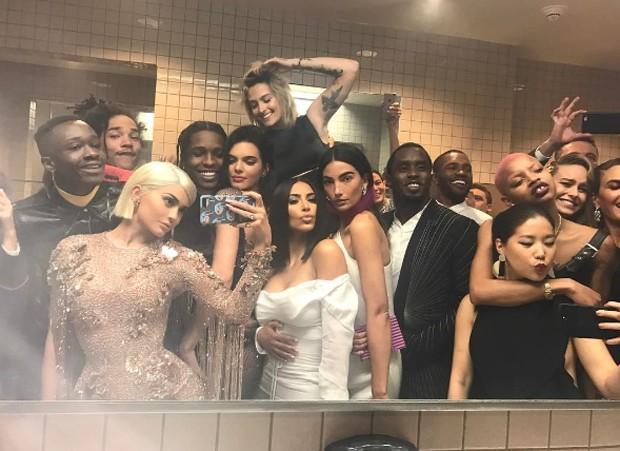 Selfie de Kylie Jenner com Kim, Kendall, Paris Jackson, Lily Aldridge e outros famosos (Foto: Reprodução)