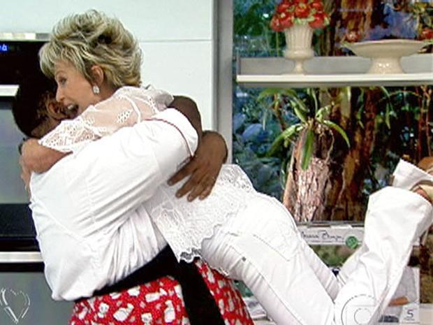 Sérgio Loroza pega Ana Maria no colo com um abraço (Foto: Mais Você / TV Globo)