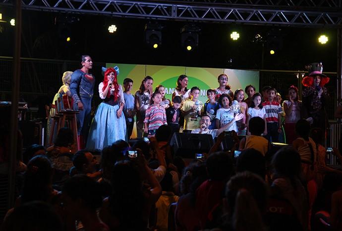 Crianças cantaram ao lado dos personagens (Foto: Katiúscia Monteiro/ Rede Amazônica)