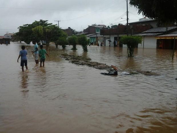 Ruas de Ipiaú ficaram completamente alagadas após chuvas (Foto: Portal de Notícias Giro em Ipiaú)