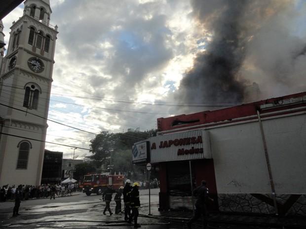 Lojas de roupas, cd's e óculos ficaram totalmente destruídas pelas chamas (Foto: Magson Gomes / EPTV)