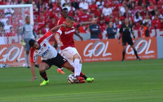 D`Alessandro disputa de bola com André Santos (Foto: Diego Guichard/GloboEsporte.com)