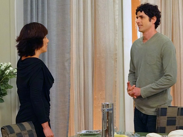 Nando decide dar uma chance para Roberta (Foto: Guerra dos Sexos / TV Globo)