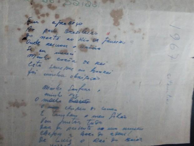 Onildo Almeida guarda há 49 anos o papel onde escreveu a música Hora do Adeus (Foto: Joalline Nascimento/G1)