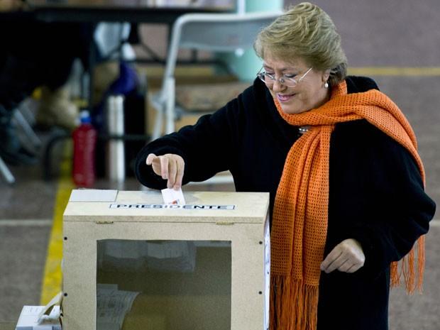 Michelle Bachelet vota durante as primárias deste domingo (30) no Chile (Foto: Martin Bernetti / AFP)