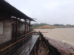Moradores improvisam muro e pedem retomada de obra no Aturiá (Foto: Jéssica Alves/G1)