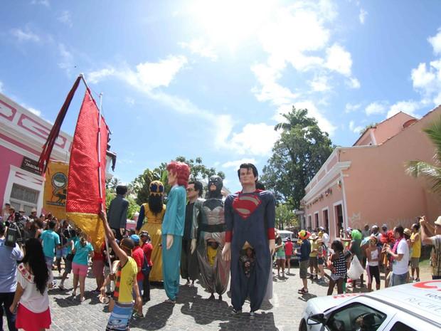 Super heróis, artistas e políticos fazem parte do bloco gigante (Foto: Aldo Carneiro / Pernambuco Press)