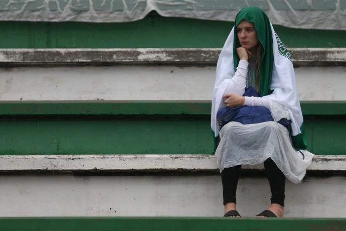 Olhar perdido da torcedora nas arquibancadas da Arena Condá (Foto: Buda Mendes/Getty Images)