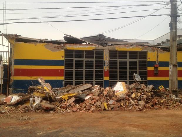 Ao cair, a marquise da loja em Porto Nacional soterrou três pessoas (Foto: Bernardo Gravito/G1)