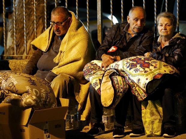 Pessoas se preparam para passar a noite a céu aberto após um terremoto atingir Amatrice, na Itália (Foto: Stefano Rellandini/Reuters)