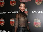 Alessandra Ambrósio usa vestido transparente