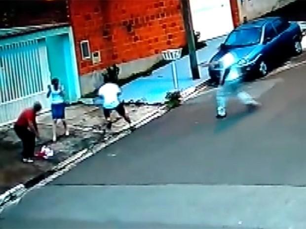 Bebê está caído no chão enquanto policial atira em suspeito em Campinas (Foto: Reprodução / EPTV)
