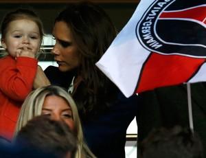 Victoria Beckham leva a filha Harper para assistir ao jogo de despedida do pai. (Foto: Agência Reuters)