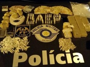 Jovem e adolescente são detidos com mais de 1 kg de droga em Taubaté (Foto: Divulgação/Polícia Militar)