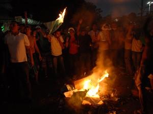 Manifestantes ateiam fogo em pedaços de madeira (Foto: Gabriel Penha/G1)